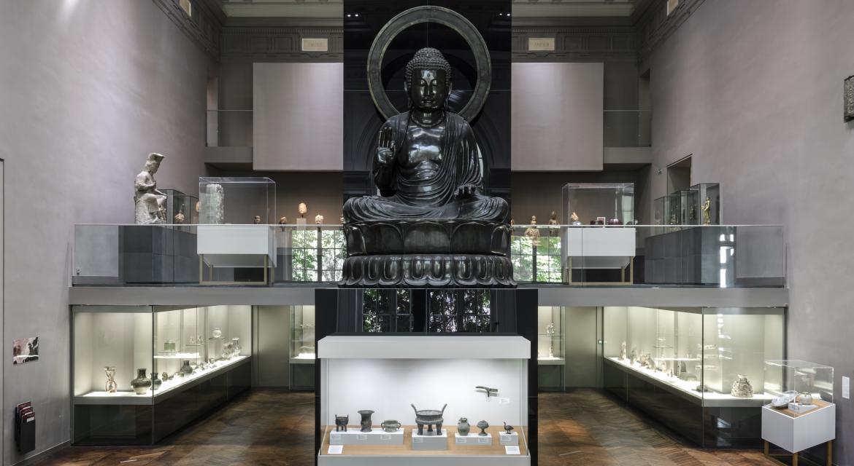 Photographie d'une salle d'exposition avec statue du Bouddha