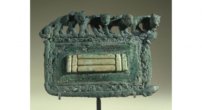 """""""Grande plaque"""". Bronze orné de félins avec incrustations de jade et de malachite. Chine culture de Dian (1er millénaire avant Jésus-Christ). Paris, musée Cernuschi."""