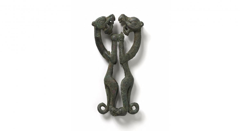 Etendard. Deux félins affrontés tenant deux têtes d'animaux dans leurs pattes. Bronze. Luristan. 1000/750 av. J-C. Paris, musée Cernuschi.