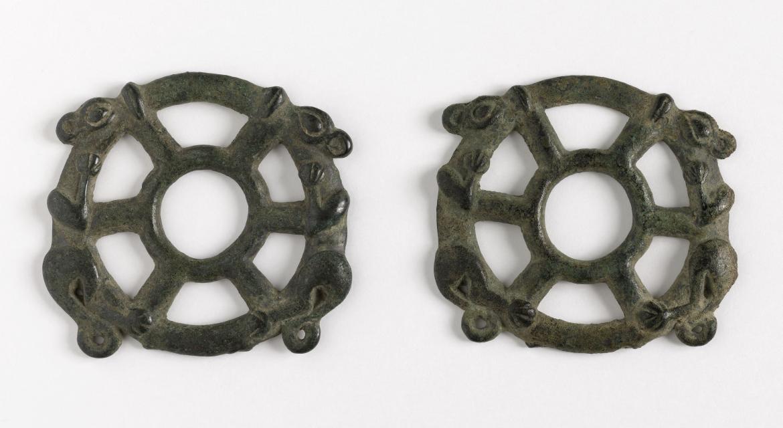 Psalia en forme de roue surmontée chacune d'un animal couché. Luristan. 900-750 av. J.-C. Paris, musée Cernuschi.
