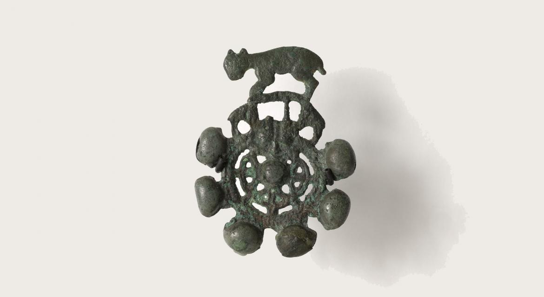 Fragment d'anneau. Ornement de grelot. Bronze. Ordos. Vietnam. Paris, musée Cernuschi.