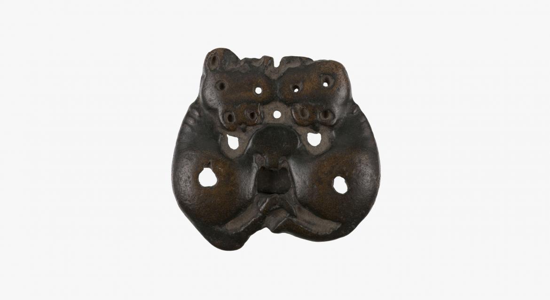 Plaque arrondie, animal replié sur lui même. Ordos. VIème-Vème siècles av. J.-C. Paris, musée Cernuschi.